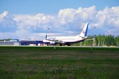 O avião de Boeing 737-800 das linhas aéreas de Orenair está aterrando no aeroporto internacional de Pulkovo em St Petersburg, Rús Fotos de Stock Royalty Free
