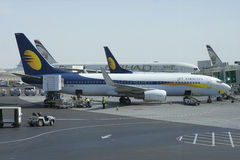 O avião de Boeing 737NG (VT-JBK) de Jet Airway é preparado para o voo no aeroporto de Abu Dhabi Imagens de Stock