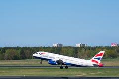 O avião de British airways Airbus A320 decola no aeroporto de Berlim-Tegel Imagem de Stock Royalty Free
