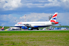 O avião de British Airways Airbus A320 está aterrando no aeroporto internacional de Pulkovo em St Petersburg, Rússia Fotos de Stock Royalty Free