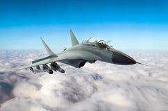 O avião de combate militar voa no céu acima das nuvens fotos de stock royalty free
