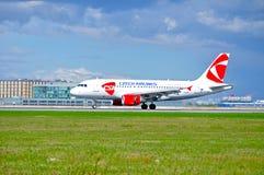 O avião de CSA Czech Airlines Airbus A319 está montando na pista de decolagem após a aterrissagem no aeroporto de Pulkovo em St P Imagem de Stock