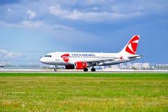 O avião de CSA Czech Airlines Airbus A319 está montando na pista de decolagem após a aterrissagem no aeroporto internacional de P Fotografia de Stock