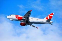 O avião de CSA Czech Airlines Airbus A319 está voando no céu após a partida do aeroporto internacional de Pulkovo Imagem de Stock