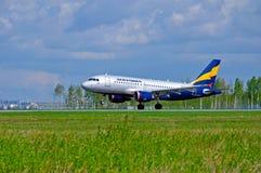 O avião de Donavia Airbus A319-111 está aterrando no aeroporto internacional de Pulkovo em St Petersburg, Rússia Imagens de Stock
