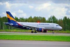 O avião de Donavia Airbus A319-111 monta na pista de decolagem após a aterrissagem no aeroporto internacional de Pulkovo em St Pe Fotos de Stock Royalty Free