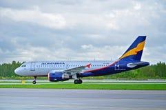 O avião de Donavia Airbus A319-111 monta na pista de decolagem após a aterrissagem no aeroporto internacional de Pulkovo em St Pe Imagem de Stock