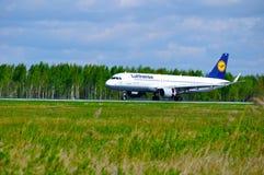 O avião de Lufthansa Airbus A320 está aterrando no aeroporto internacional de Pulkovo em St Petersburg, Rússia Imagens de Stock Royalty Free