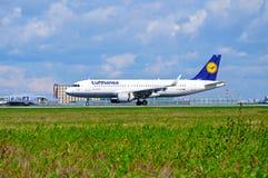 O avião de Lufthansa Airbus A320 está chegando no aeroporto internacional de Pulkovo em St Petersburg, Rússia Imagem de Stock