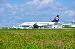 O avião de Lufthansa Airbus A320 está chegando no aeroporto internacional de Pulkovo em St Petersburg, Rússia Fotografia de Stock Royalty Free