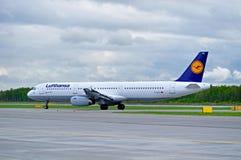 O avião de Lufthansa Airbus A321 está chegando no aeroporto internacional de Pulkovo em St Petersburg, Rússia Imagens de Stock