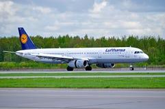 O avião de Lufthansa Airbus A321 está chegando no aeroporto internacional de Pulkovo em St Petersburg, Rússia Fotografia de Stock