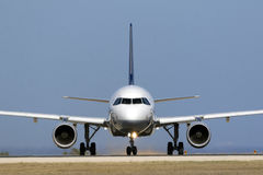 O avião de passageiros de Lufthansa antes de começar decola Fotografia de Stock