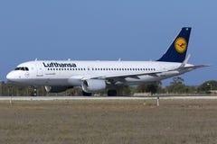 O avião de passageiros de Lufthansa antes de começar decola Fotografia de Stock Royalty Free