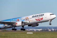 O avião de passageiros de Qantas Boeing 767 com as marcações especiais para promover Disney aplana o filme que descola de Sydney  Imagem de Stock