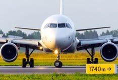 O avião de passageiros do avião do passageiro executa uma inversão de marcha na pista de decolagem, vista dianteira Fotografia de Stock Royalty Free