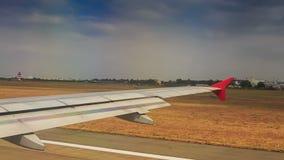 O avião de passageiros move-se ao longo da pista de decolagem após a aterrissagem por casas de campo video estoque