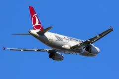 O avião de passageiros turco decola sobre Foto de Stock