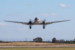 O avião de passageiros VH-TMQ de Douglas DC-3 do vintage operou-se por cartas patentes do jato da parada da nostalgia do ar fotografia de stock