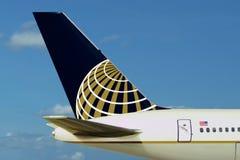 Logotipo de United Airlines no plano. Céu, nuvens Imagens de Stock Royalty Free