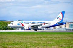 O avião de Ural Airlines Airbus A319 está aterrando no aeroporto internacional de Pulkovo em St Petersburg, Rússia Fotos de Stock