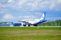 O avião de Ural Airlines Airbus A319 está aterrando no aeroporto internacional de Pulkovo em St Petersburg, Rússia Fotografia de Stock