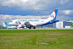 O avião de Ural Airlines Airbus A319 está aterrando no aeroporto internacional de Pulkovo em St Petersburg, Rússia Foto de Stock