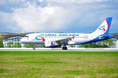 O avião de Ural Airlines Airbus A319 está chegando no aeroporto internacional de Pulkovo em St Petersburg, Rússia Fotografia de Stock