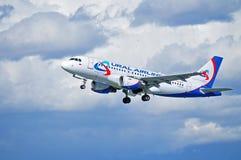 O avião de Ural Airlines Airbus A319 está voando após a partida do aeroporto internacional de Pulkovo em St Petersburg, Rússia Imagens de Stock