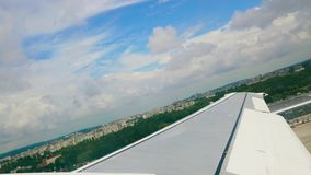 O avião decola da pista de decolagem 4k video estoque