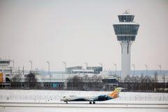 O avião do ar de comércio prepara-se para a decolagem fotografia de stock royalty free