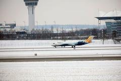 O avião do ar de comércio prepara-se para a decolagem fotografia de stock
