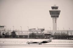O avião do ar de comércio prepara-se para a decolagem imagens de stock