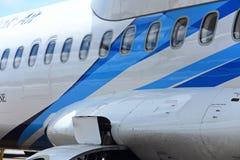 O avião do ATR 72-600 na pista de decolagem do táxi do aeroporto com gramas coloca Fotografia de Stock Royalty Free