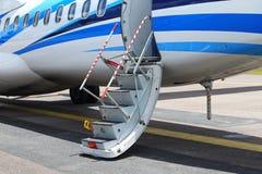 O avião do ATR 72-600 na pista de decolagem do táxi do aeroporto com gramas coloca Fotos de Stock Royalty Free