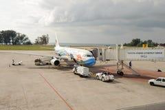O avião do jato do ar de Banguecoque entrou no aeroporto internacional de Phuket Imagens de Stock