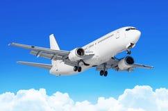O avião do passageiro com o chassi liberou-se antes da aterrissagem no aeroporto contra as nuvens de cúmulo do céu azul Fotos de Stock