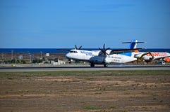 O avião do passageiro de Air Europa fuma seus pneumáticos no aeroporto de Alicante Imagem de Stock Royalty Free