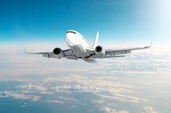 O avião do passageiro está escalando o nível de voo alto no céu acima das nuvens Foto de Stock Royalty Free