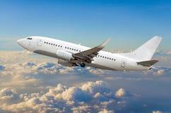 O avião do passageiro voa na altura de ganho do céu acima das nuvens Imagens de Stock Royalty Free