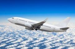 O avião do passageiro voa na altura de ganho do céu acima das nuvens Fotografia de Stock