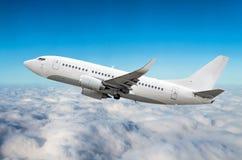 O avião do passageiro voa na altura de ganho do céu acima das nuvens Fotografia de Stock Royalty Free
