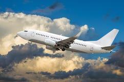 O avião do passageiro voa na altura de ganho do céu acima das nuvens Fotos de Stock