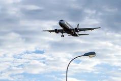 O avião está aterrando Imagem de Stock