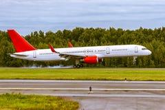 O avião está aterrando na pista de decolagem no aeroporto Fotografia de Stock Royalty Free