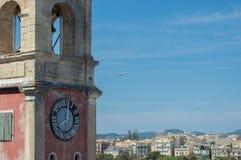 O avião está decolando em Corfu imagens de stock