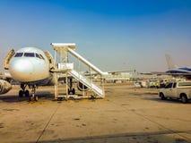O avião está estacionando no campo para passageiros ao embarque ao avião antes que partida no voo da manhã em Suvarnab Imagens de Stock Royalty Free