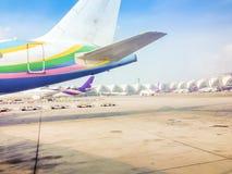 O avião está estacionando no campo para passageiros ao embarque ao avião antes que partida no voo da manhã em Suvarnab Imagem de Stock