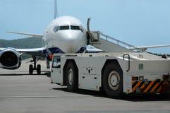 O avião está sendo prestado serviços de manutenção Imagem de Stock