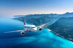 O avião está voando sobre ilhas e mar no nascer do sol no verão Fotos de Stock Royalty Free